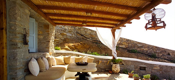 Красивая средиземноморская беседка, которая создает тень с отличной зоной для отдыха.