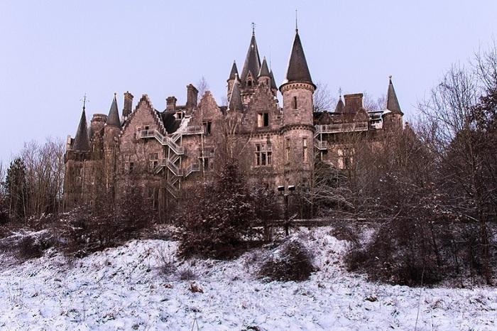 Прекрасны замок со своей историей, был захвачен во время Второй мировой войны и оставлен в 1991 году, потому что слишком дорого обходился в обслуживании.