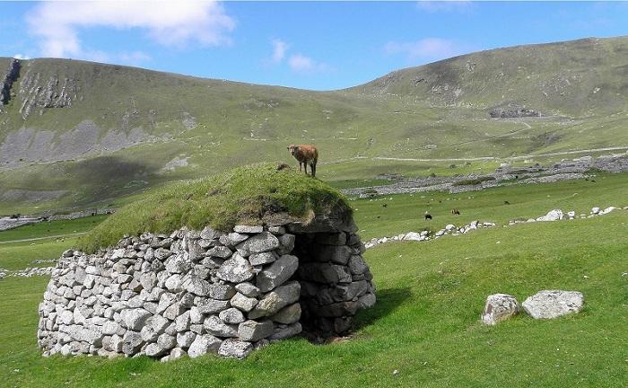 В 1930-е годы остров был эвакуирован из-за угрозы голода и суровых погодных условий. Теперь каменные сооружения размещены на полях.