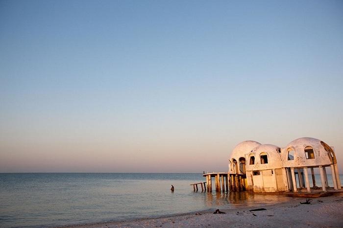 Загородный дом который уничтожен ураганами и лежит на дне побережья Марко-Айленд, только его купол выступает на поверхность.