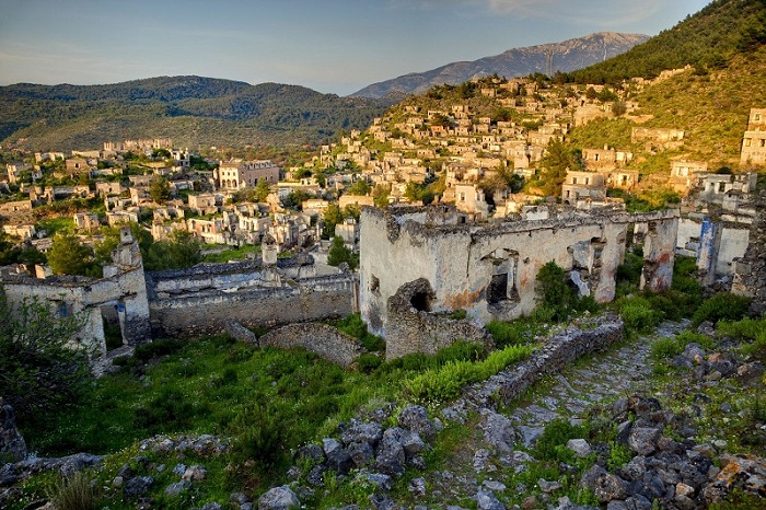 С 1920 года город пуст из-за политического обмена населения с Грецией. Расположен на склоне холма.