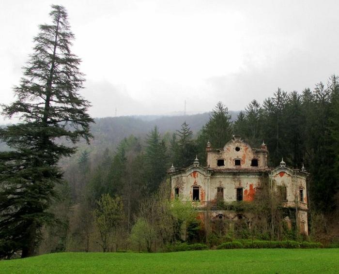 Вилла была построена в 1800-х годах и была заброшена из-за убийства или самоубийства.