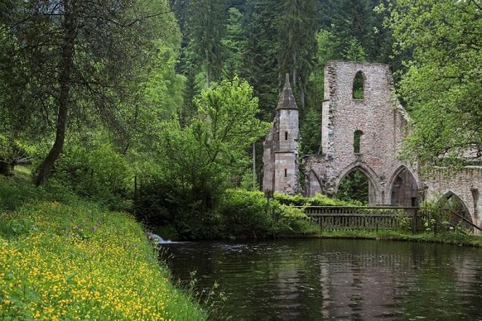 Поражен молнией три раза, потому в конце концов он был оставлен в нынешнем виде руин.