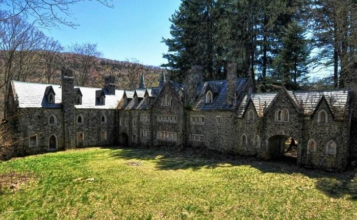 Существует миф, что призрак жены архитектора замка до сих пор бродит в его стенах.