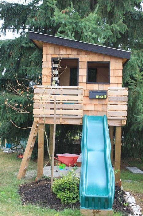 Оптимальное оформление дома для игр детей подойдет для любого двора.