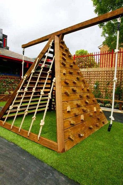 Прекрасная пирамидка около дома станет не только хорошим украшением, но и уместным дополнением к любому двору.