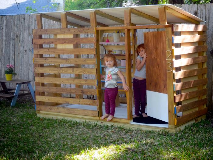 Небольшой деревянный домик, который придется по душе каждому ребенку.