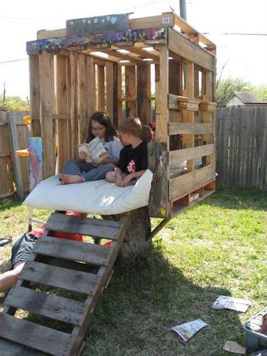 Практичное и удачное решение соорудить домик из европоддонов для игр детей.
