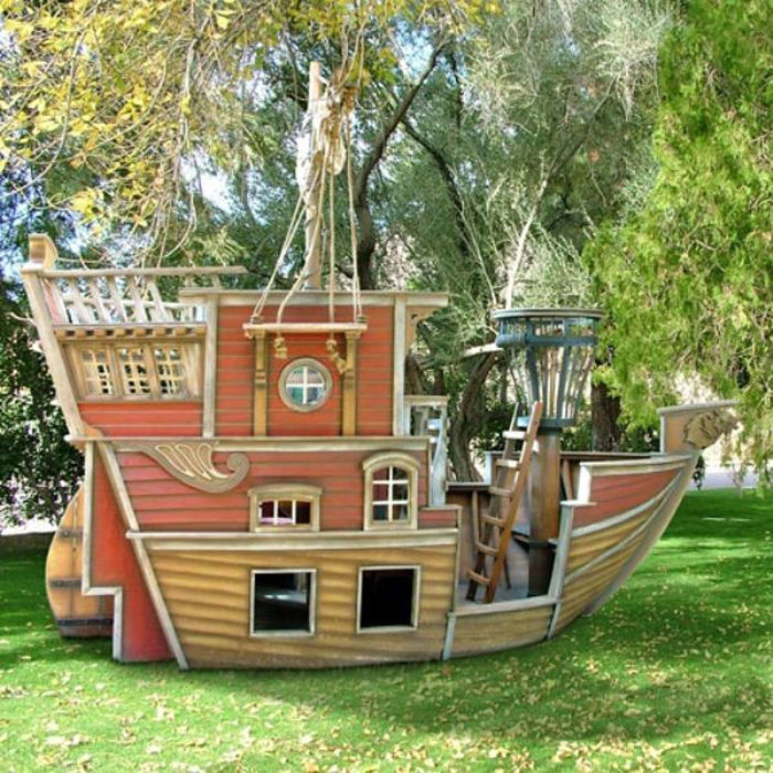 Прекрасное решение создать домик для деток в виде интересного и необыкновенного кораблика.