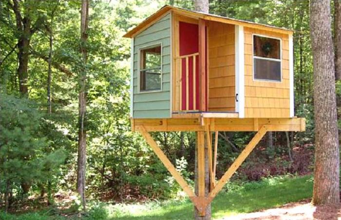Красивый и небольшой домик на дереве - один из лучших вариантов, который только можно придумать.