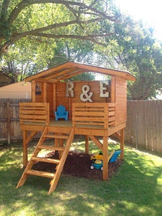 Деревянный домик во дворе просто необходимо соорудить для прекрасного времяпровождения детей.