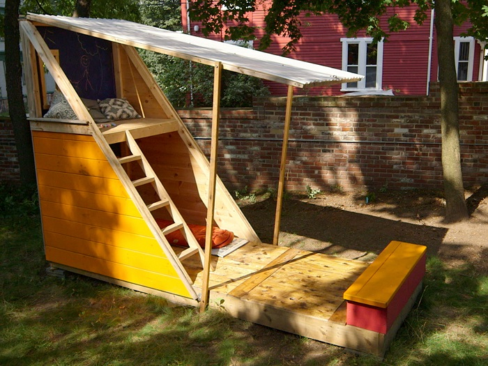 Интересный домик треугольной формы, который создаст отменную атмосферу во дворе дома.