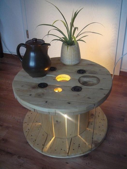 Интересный интерьер комнаты создан благодаря столу-катушке с подсветкой.