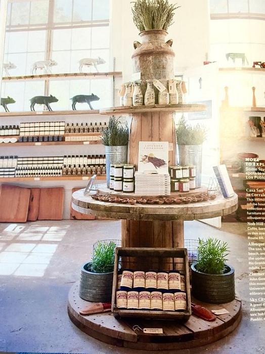 Замечательное оформление стола с продуктами, который украсит любой праздник.
