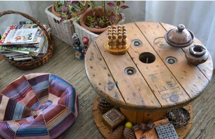 Деревянный стол-катушка украсит любой интерьер комнаты, создаст яркую и уютную атмосферу.
