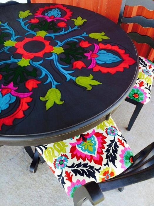 Красочная ручная роспись стола-катушки очень яркая и колоритная, украсит любой интерьер.