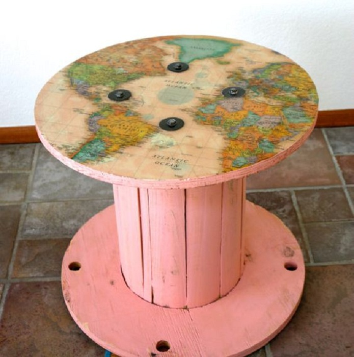 Карта мира на катушке, которая адаптирована под стол.