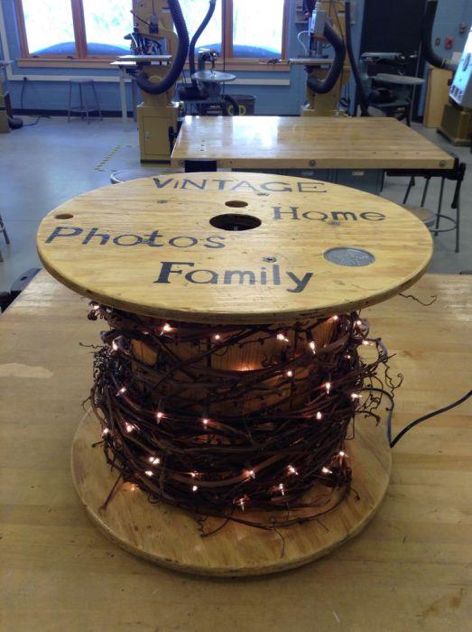 Прекрасное оформление стола с праздничным настроением и яркими огоньками.