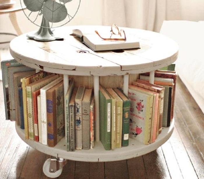 Интересное оформление стола с книжной полкой внизу для удобства и домашней атмосферы.