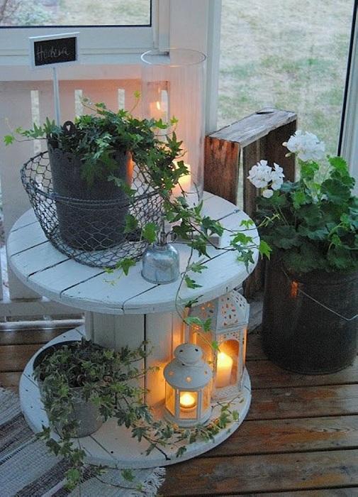 Дизайн стола-катушки в скандинавском стиле очень прекрасно впишется в атмосферу любой комнаты.