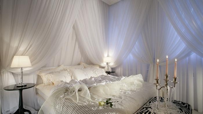 Симпатичный интерьер в белом цвете, что может быть еще более гармоничней для спальни.