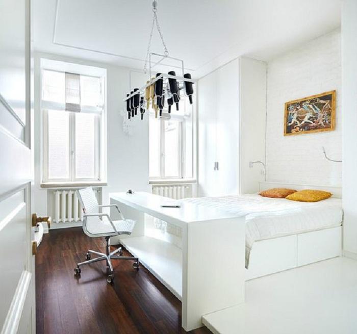 Прекрасный вариант украсить белую спальню интересными и яркими фрагментами.
