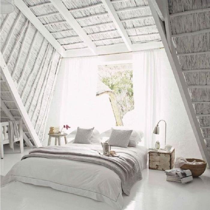 Симпатичный светлый интерьер спальни под самой крышей дома, что может быть более романтичней.