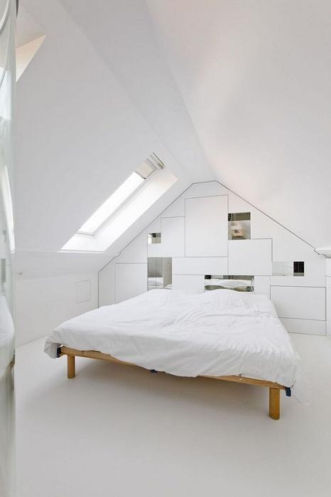 Отличный вариант оформить спальню в белоснежном цвете, очень красиво и просто.
