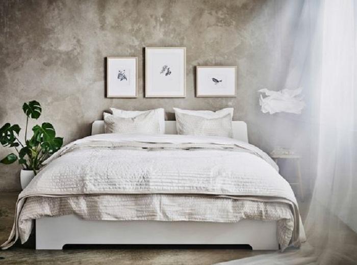 Красивая белая постель в сочетании с темно-серой стеной, то что создаст контраст в этой комнате.