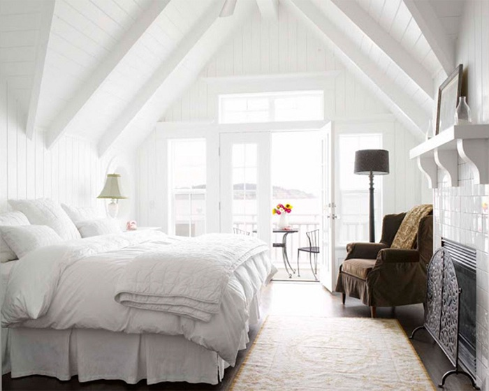 Простой интерьер спальни с одной стороны и необычным акцентом на шоколадном кресле.