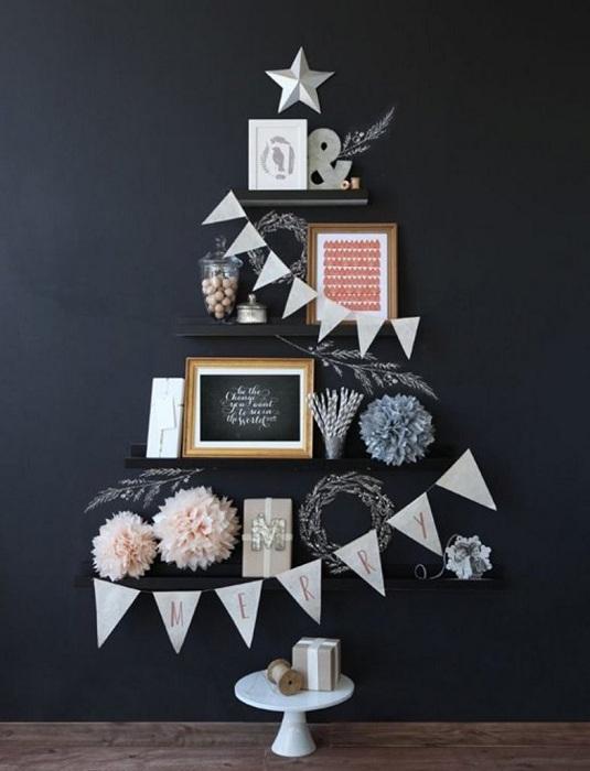 Новогоднее настроение возможно создать с помощью обычных полок, которые нужно правильно украсить.