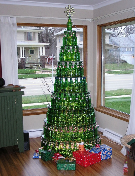 Интересный пример создания новогодней ели из обычных бутылок одинаковой формы и цвета.
