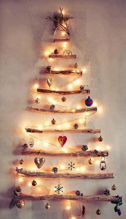 Удачный и хороший вариант облагородить интерьер украсив стену оригинальной и простой новогодней красавицей.