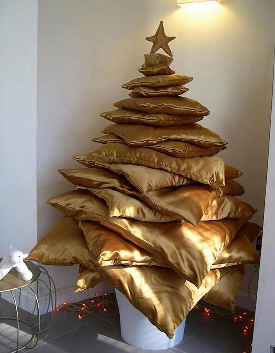 Отличный вариант создать новогоднюю обстановку с помощью интересной расстановки подушек.