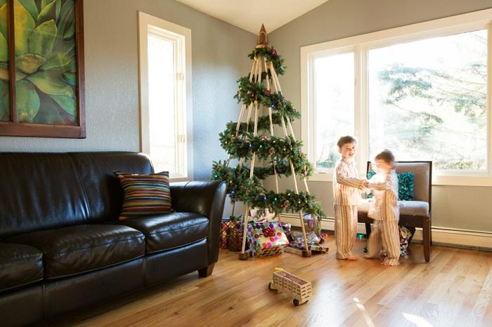 Прекрасная идея создать новогоднюю елку с помощью правильного декорирования простого деревянного каркаса.