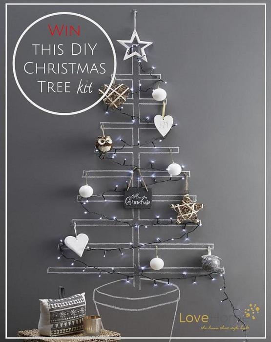 Прекрасный пример обустройства интерьера с помощью оригинального новогоднего дерева.