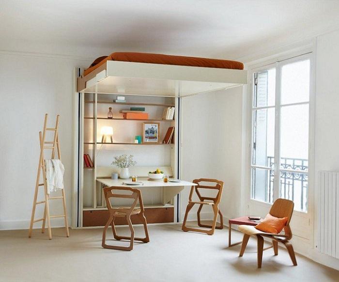 Светлая спальня в компактном исполнении, что оформлена деревянными элементами.