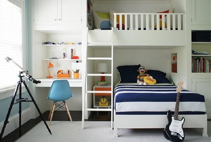 Универсальная спальня оформлена в тонах специально для мальчика, что станет отличным вариантом для декора.