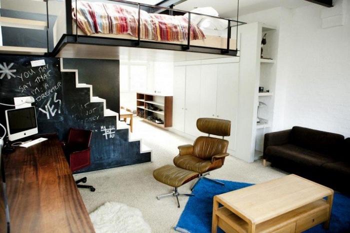 Кровать можно разместить вовсе нестандартно, что не только сэкономит пространство, но и создаст уникальный интерьер.