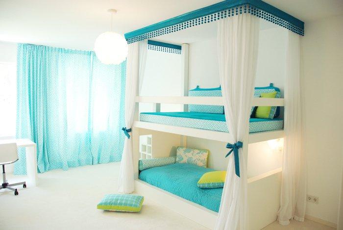 Отличное оформление спальни в светлых тонах с очень легкими и воздушными текстурами.