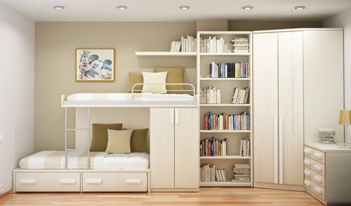 Светлый интерьер в спальне с максимально комфортным оформлением, что создает уютную и теплую атмосферу.