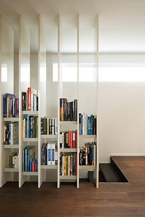Хорошенький пример разделения пространства комнат с помощью книжного шкафа.