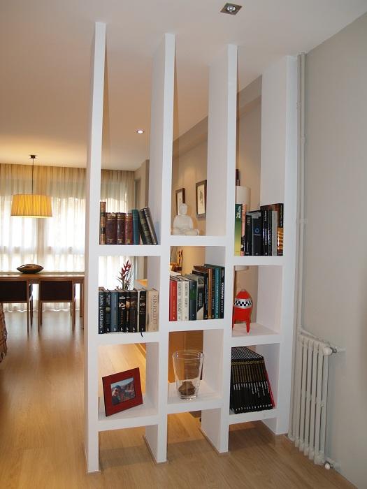 Отличный пример декорирования пространства благодаря перегородке.