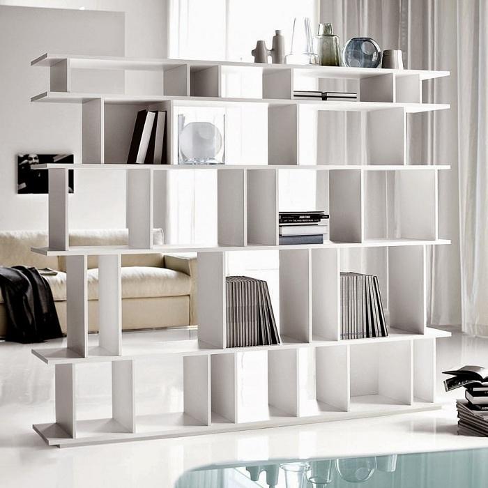 Разделение пространства на удачные зоны с помощью белой перегородки.