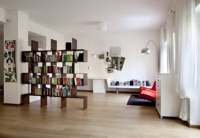 Хороший вариант обустроить и оптимизировать интерьер с помощью книжного шкафа.