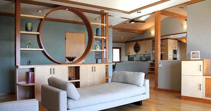 При помощи стеллажа возможно оптимизировать и разбить комнату на части.