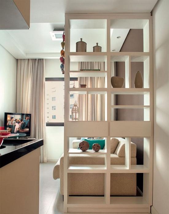 Зонирование пространства комнат при помощи светлой перегородки.