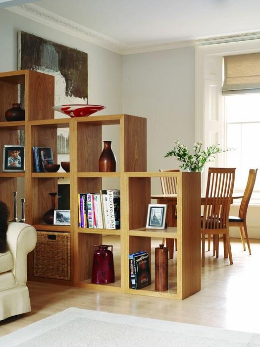 Зонирование пространства комнат с помощью удачной деревянной перегородки.
