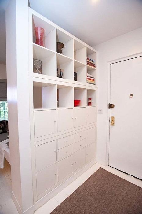 Отличный пример оформления комнаты с помощью её зонирования.