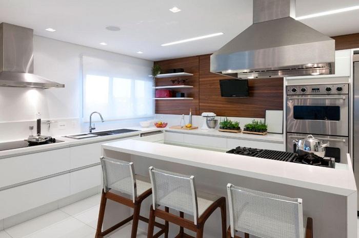 Лучший пример оформления кухни в светлых тонах с деревянными элементами.